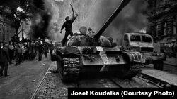 Советские войска в Праге в августе 1968 года. Фото Йозефа Коуделки
