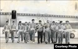 Мустафа Озтюрк со своими воспитанниками в аэропорту Алматы после возвращения с чемпионата Европы по таэквондо. 1992 год.