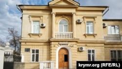 Главный фасад дома №45 по улице Советской в Севастополе