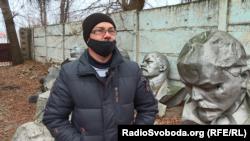 Юрій Ірха у дворі Сватівського краєзнавчого музею