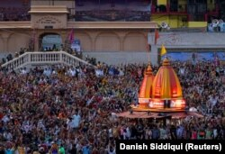 O mulțime se adună la o ceremonie pentru Kumbh Mela sau festivalul Pitcher în mijlocul pandemiei Covid în Aprilie.