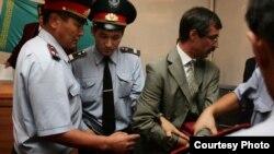 Полицейлер Евгений Жовтисті сот залынан әкетіп барады. Бақанас, 3 қыркүйек 2009 жыл.