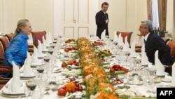Президент Армении Серж Саргсян и госсекретарь США Хиллари Клинтон за столом перед началом официального ужина, Ереван, 4 июня 2012 г․