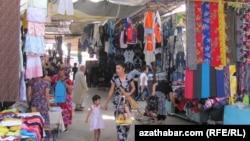 Lebap welaýatyndaky täze bazaryň golaýynda gurlan kiçi bazar.