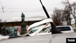 Белые ленточки на антеннах - пока единственное средство автолюбителей в борьбе за свои права