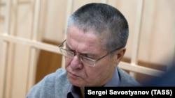 Вазири пешини иқтисоди Русия Алексей Улукаев дар додгоҳи Маскав