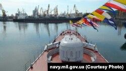 Корабль Военно-морских сил Украины в Одессе на праздновании Дня ВМС