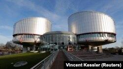 Російська сторона просила суд «зупинити обмеження прав російськомовних осіб, зокрема, в тому, що стосується доступу до їхньої рідної мови в школах, медіа та онлайн, а також наказати українській владі зупинити блокаду Північнокримського каналу»