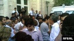 Məhkəmənin qarşısı, 16 sentyabr 2009