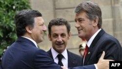 Жозе Мануель Баррозу (зліва), Ніколя Саркозі і Віктор Ющенко. Париж, 9 вересня 2008 р.