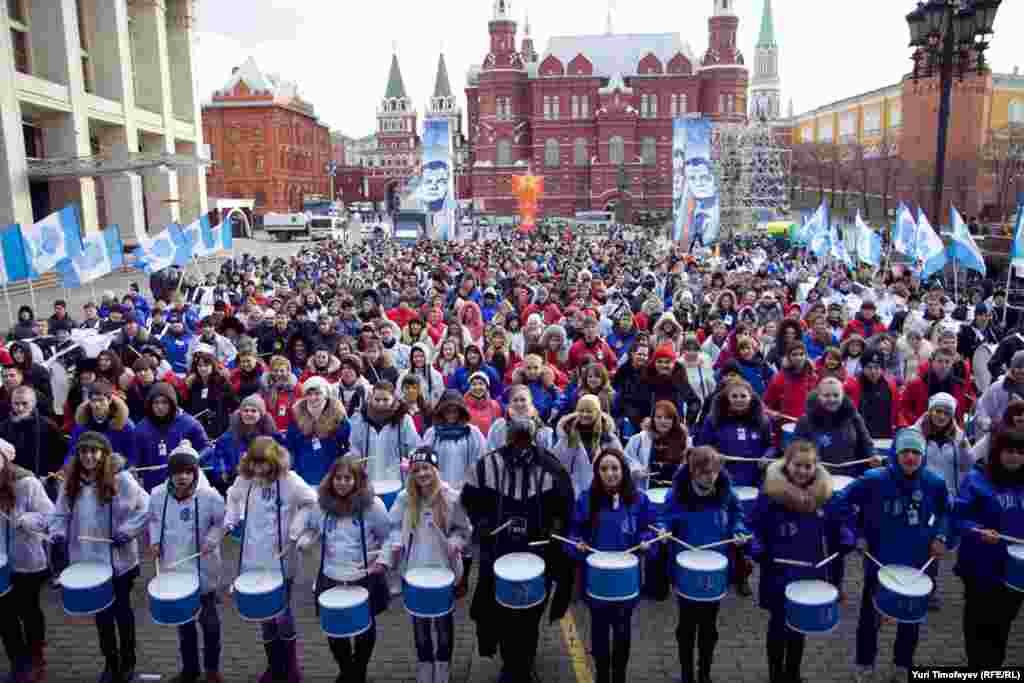 """Молодые люди из движения """"Сталь"""" провели на Манежной площади акцию, на которой они барабанили в ответ сомневающимся в победе """"Единой России"""" на выборах в Государственную Думу."""