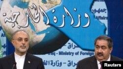 وزيرا الخارجية العراقي هوشيار زيباري والإيراني علي أكبر صالحي يتحدثان في مؤتمر صحفي ببغداد (الإثنين)