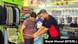 في احد محلات بيع الملابس في بغداد