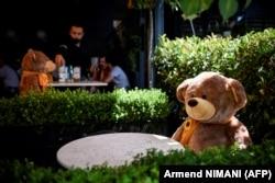 Игрушечные медведи для ограничения посадочных мест в одном из кафе, Косово
