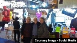 Maria Pilchin cu scritorul Norman Manea și soția sa la Salonul de Carte de la Paris