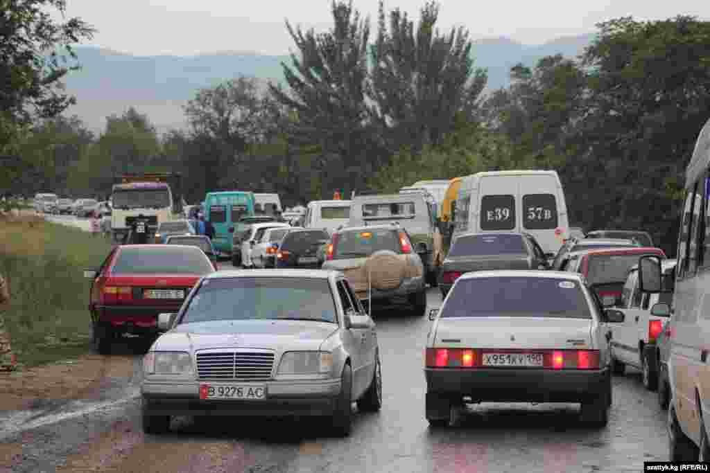 Мимо Таш-Кумыра идет автодорога Бишкек-Ош. Большая жизнь проходит мимо этого городка.