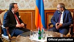 Посол США в Армении Ричард Миллз (слева) и премьер-министр Армении Никол Пашинян, Ереван, 18 мая 2018 г.