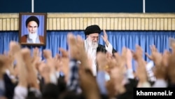 Верховный аятолла Ирана Али Хаменеи выступает перед так называемыми «студентами Революции». Тегеран, 7 июня 2017 года.