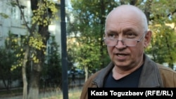 Гражданский активист Владимир Козлов в ожидании оглашения приговора в отношении бизнесмена Искандера Еримбетова. Алматы, 22 октября 2018 года.