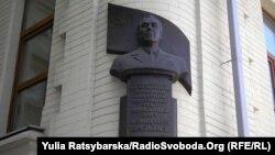 Погруддя Леоніда Брежнєва на одному з будинків у Дніпропетровську, в якому він мешкав