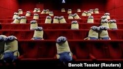Păpuși într-un cinema din Paris (MK2) pentru a menține distanțarea socială.
