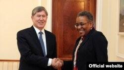 Президент Алмазбек Атамбаев и посол Памела Спратлен