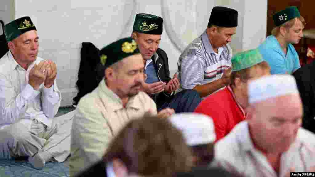 Халык арасында Татарстанның авыл хуҗалыгы министры Марат Әхмәтов дога кыла