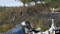 Russia -- Rescuers at the crash site of a Yak-42 jet near the city of Yaroslavl, on the Volga River, 07Sep2011