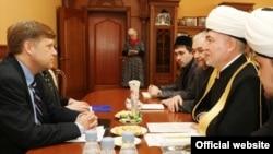 АКШ илчесе Майкл Макфол һәм мөфти Равил Гайнетдин очрашуы Русиянең мөфтиләр шурасында узды
