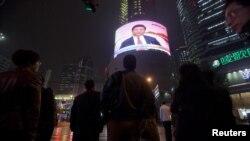 ساکنان شانگهای در حال مشاهده تصاویر تلویزیونی از کنگره حزب کمونیست و شی جین پینگ هستند
