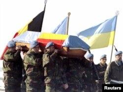 Напередодні виборів поблизу міста Вуковар був застрелений бельгійський солдат з миротворчої місії ООН Олів'є Госсі. У церемонії прощання беруть участь й українські миротворці під національними стягами. 2 лютого 1997 року.