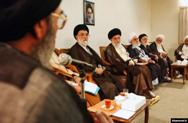 هاشم رسولی محلاتی در کنار آیتالله خامنهای در یکی از دیدارهای ائمه جمعه با رهبر جمهوری اسلامی