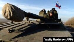 Un steag rus în zona separatistă din estul Ucrainei