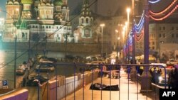 Эксперт по вопросам безопасности Андрей Солдатов считает, что выбор места убийства Бориса Немцова - Большой Москворецкий мост недалеко от Кремля - демонстрирует высокую степень координации людей, задействованных в преступлении.