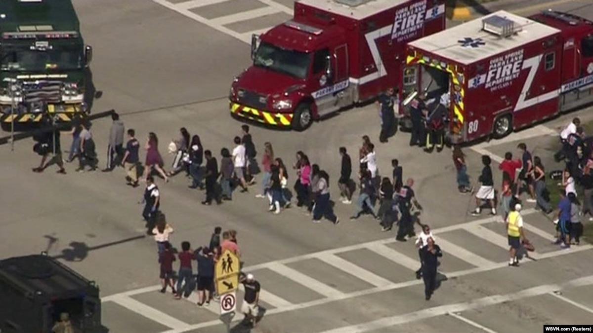 После трагедии в школе Флориды, законодатели призывают выдавать оружие учителям
