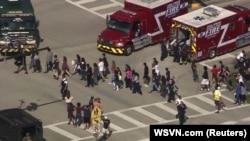Парклэнд қаласында атыс болған мектептен оқушыларды эвакуациялап жатыр. Флорида, 14 ақпан 2018 жыл.