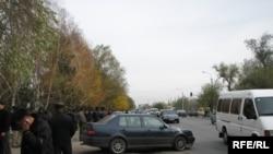 Бишкек-Торугарт жолу эки сааттан ашык Руслан Шаботоевдин жердештери тарабынан буулуп турду