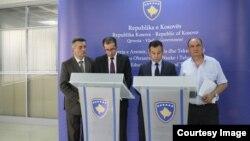 Zëvendësministri i arsimit në Kosovë, Nehat Islami me zyrtarë të tjerë të MASHT-it