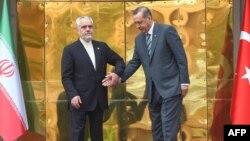 Türkiýäniň premiýer-ministri Rejep Taýyp Erdogan (S) Eýranyň wise-prezidenti Mohammad Reza Rahimi bilen duşuşýar. Ankara, 4-nji oktýabr, 2012.