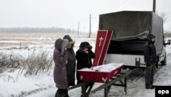 Бои на востоке Украины приводят к многочисленным жертвам среди мирного населения. На снимке: похороны в Дебальцево