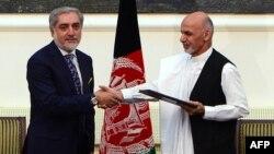 21 сентября, Кабул. Абдулла Абдулла и Ашраф Гани Ахмадзай поздравляют друг друга с достигнутым соглашением