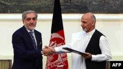 Ашраф Гани и Абдулла Абдулла после процедуры подписания соглашения о разделении властных полномочий. Кабул, 21 сентября 2014 года.