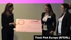 Ася Консулова (в средата) и Мариела Василева (вдясно) получават чек за 5000 евро от конкурса на Think Pink Europe