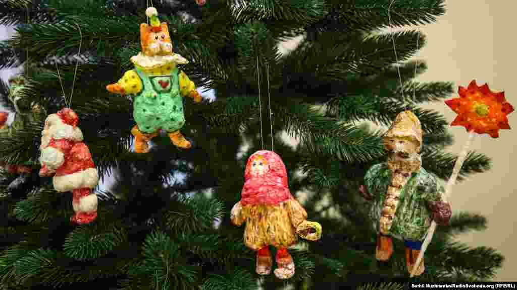 В Центре украинской культуры и искусства в Киеве открылась выставка «Праздник новогодней игрушки». Коллекция состоит из старинных рождественских и новогодних украшений различных исторических периодов