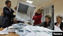 Подсчет голосов на одном из избирательных участков Южной Осетии