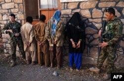 """Полиция ұстаған """"Талибан"""" қозғалысы мүшелері деген күдіктілер. Ауғанстан, 5 ақпан 2015 жыл."""