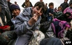Сирийские беженцы из Алеппо у турецкой границы 7 февраля 2016 г.