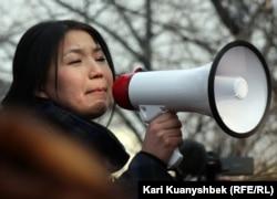 Оппозиционный журналист Инга Иманбай выступает на акции протеста. Алматы, 25 февраля 2012 года.