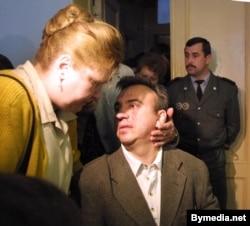 Юры Бандажэўскі з жонкай пасьля судовага паседжаньня ў Гомельскім абласным судзе. 18 чэрвеня 2001