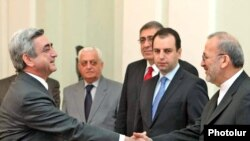 Серж Саргсян приветствует Манучера Моттаки, Ереван, 27 января 2010 г.